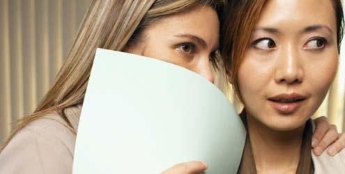 Cómo-afrontar-los-cotilleos-rumores-y-comentarios-maldosos-en-el-trabajo