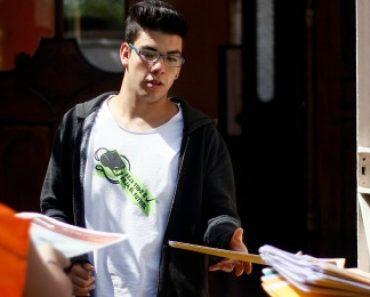 02 de diciembre de 2013/SANTIAGO Promotores de insitituciones de educacion superior llegan hasta el colegio Maria Auxiliadora para entregar folletos a los jovenes que salen luego de rendir la primera prueba de la PSU Foto: FRANCISCO CASTILLO D./ AGENCIAUNO.